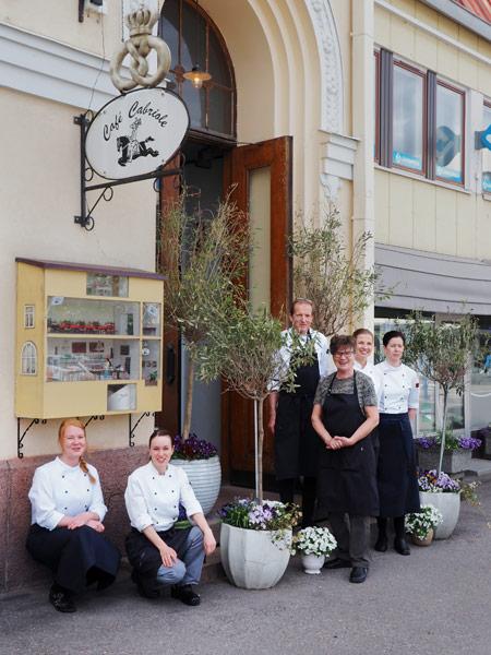 Café Cabriolen henkilökunta yhteiskuvassa ravintolan edessä